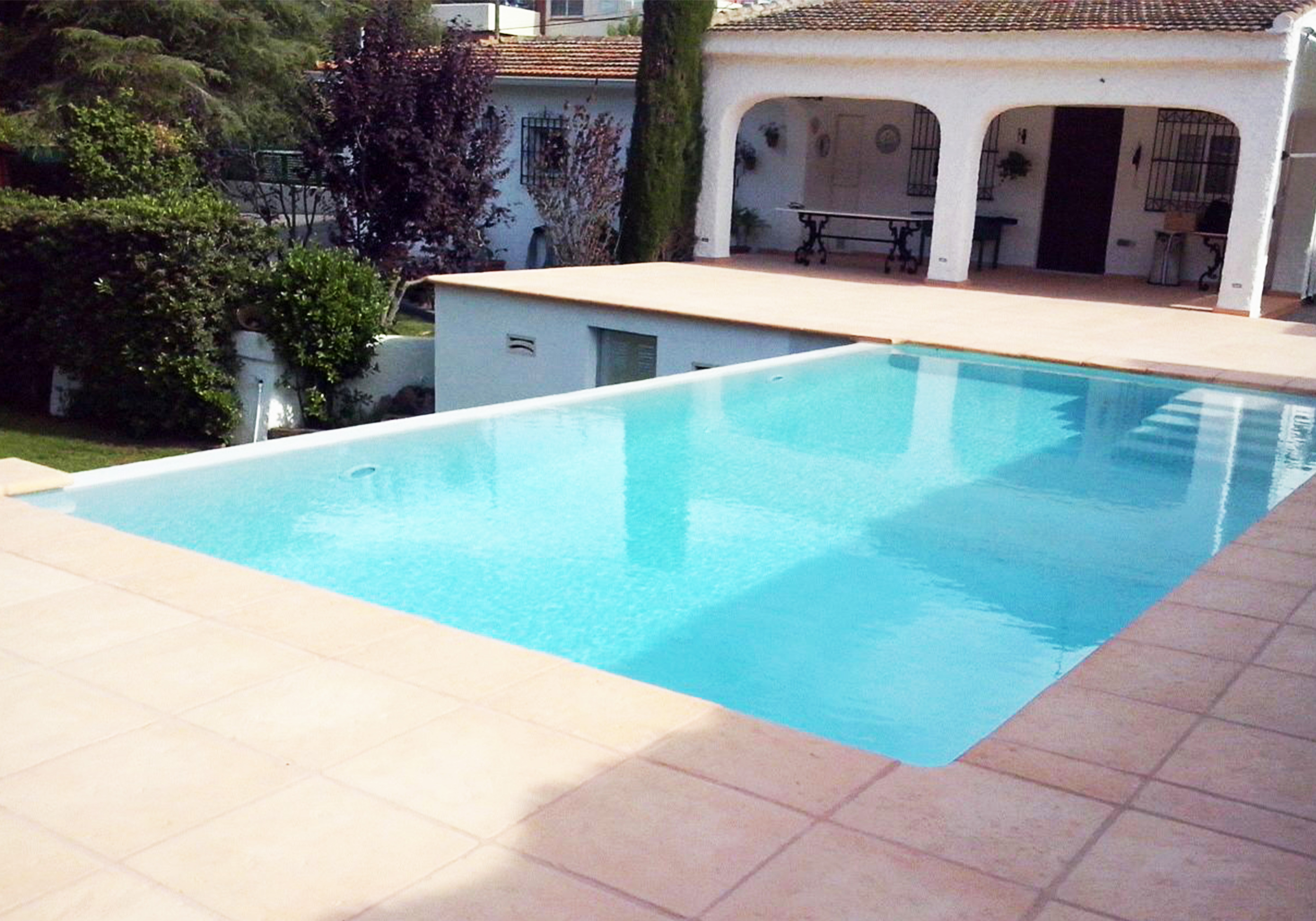 Piscinas desbordantes pisicilimp especialistas en piscinas for Formas para piscinas